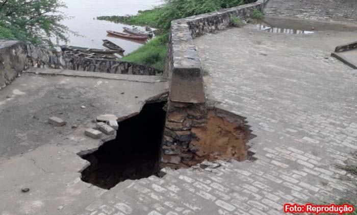 Erosão ameaça desabar a Orla de Carinhanha