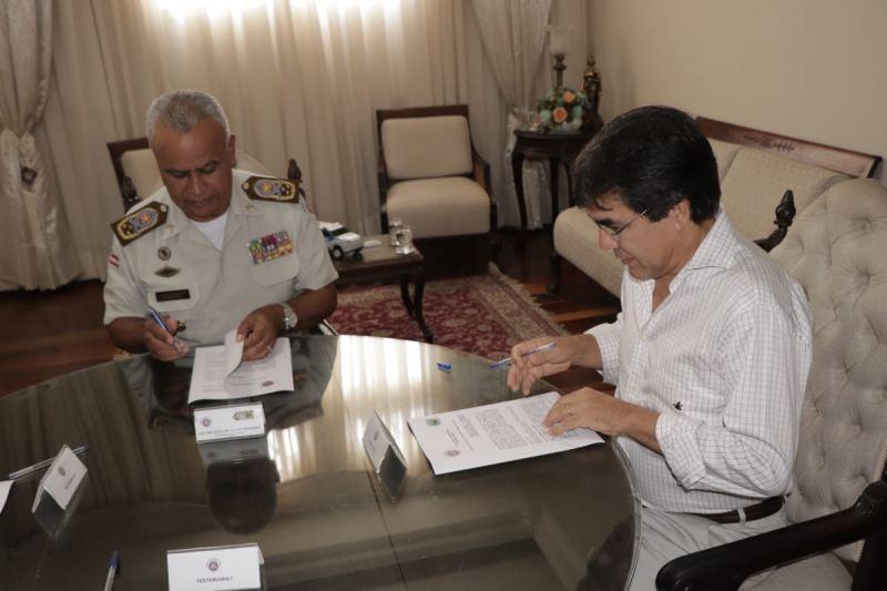 Prefeito de Riacho de Santana assina termo de cooperação técnica para ter escola com sistema de ensino dos Colégios da Polícia Militar