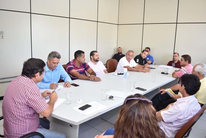 Prefeito suspende aulas na rede municipal de ensino e toma outras medidas contra o Coronavírus em Guanambi