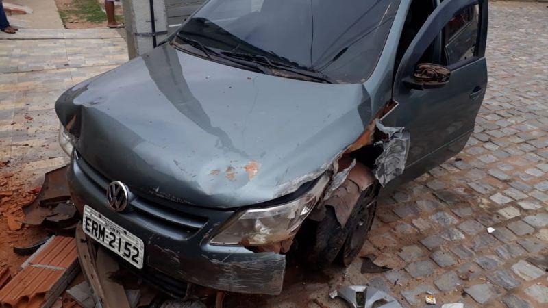 Guanambi: Mulher perde controle de carro e colide em muro de residência