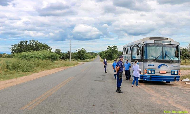 Ônibus com passageiros é interceptado em Matina