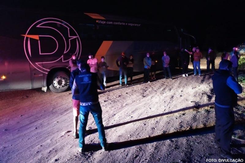 COVID-19: Ônibus clandestino é apreendido trazendo 20 passageiros de São Paulo para Guanambi