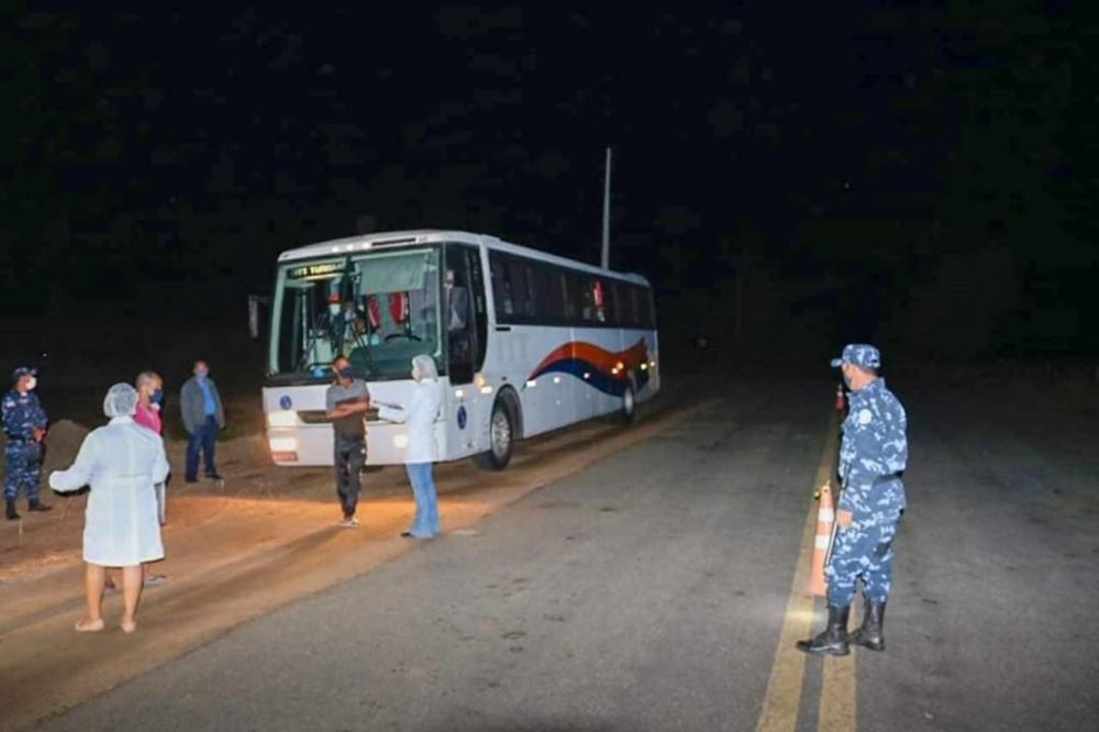 Ônibus transportando passageiros é interceptado em barreira sanitária em Matina
