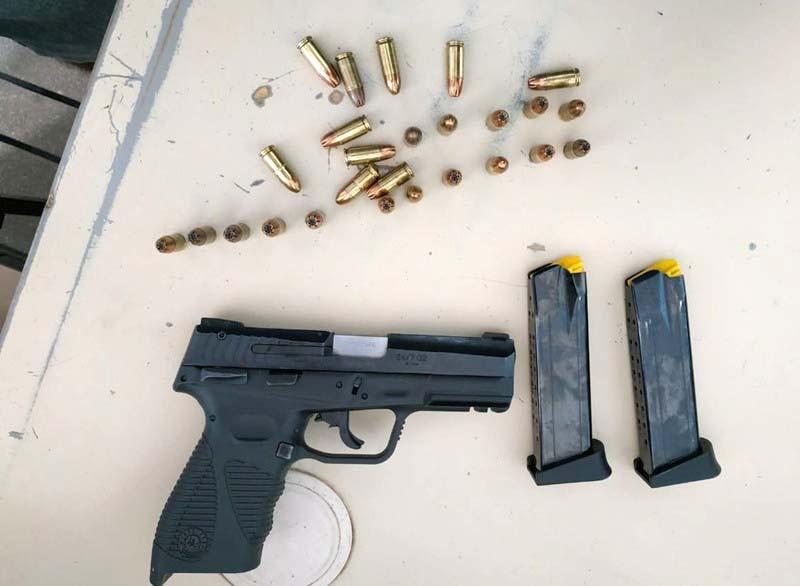 Quatro pessoas são presas pela PM com pistolas e drogas em Guanambi