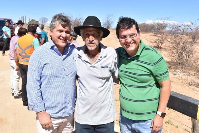 Prefeito Jairo entrega mais um benefício em comunidade rural do município