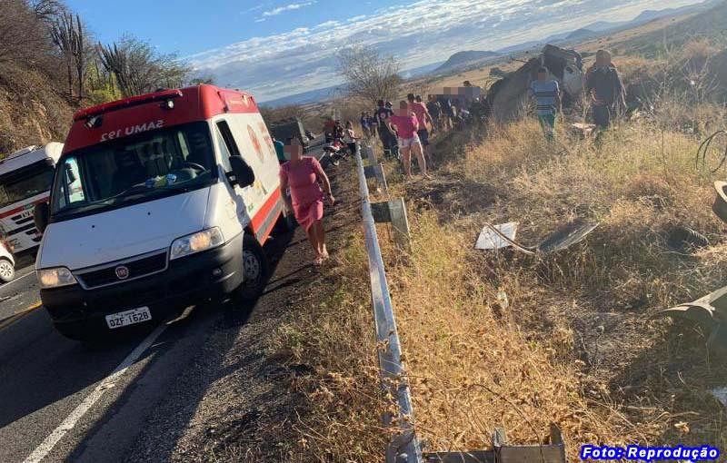Após caminhão tombar na BR-030 entre Guanambi e Caetité motorista sofre fraturas pelo corpo