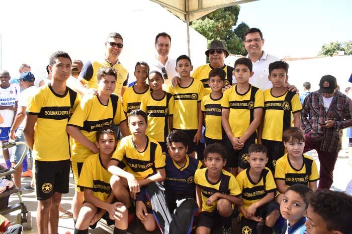 Prefeitura de Guanambi entrega Kits Esportivos para 20 escolinhas de base
