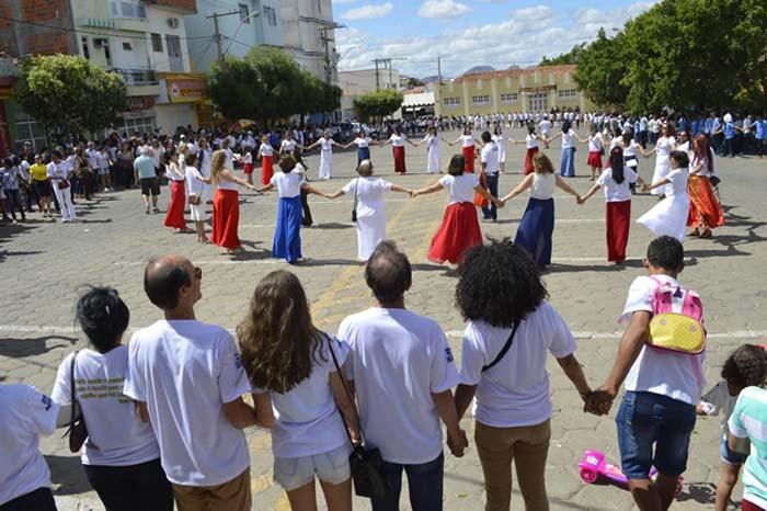 Prefeito Jairo Magalhães marca presença no Abraço da Cidade