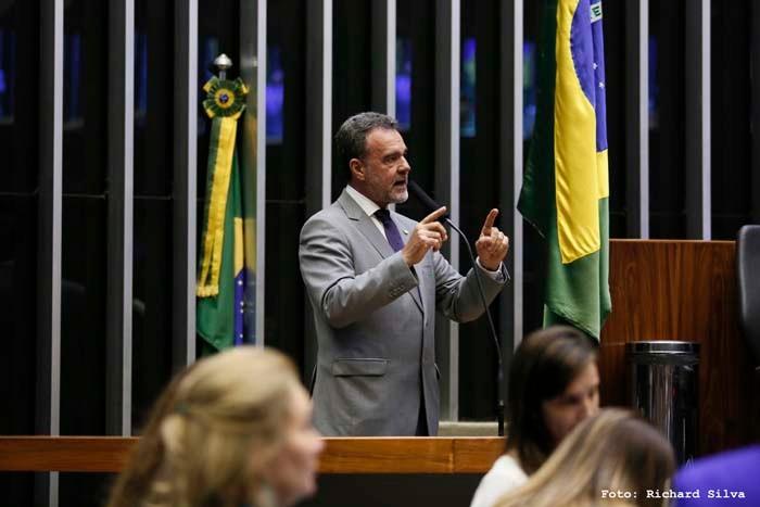 """Daniel Almeida: """"Governo fala em verde e amarelo, mas submete o Brasil aos EUA"""""""