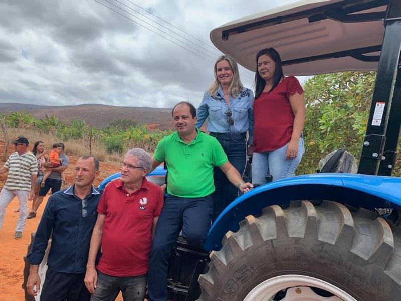 População de Jussiape recebe trator agrícola e ambulâncias