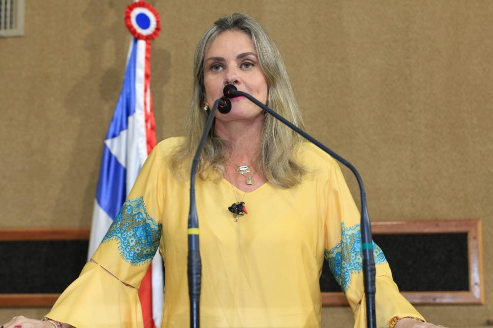 Ivana emplaca Lei que regulamenta Dia do Gestor Público