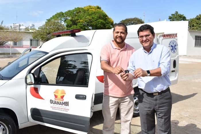 Prefeito e Secretário de Saúde entregam mais uma ambulância em Guanambi