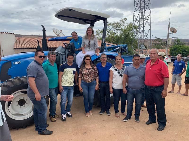 Jussiape: Ivana e prefeito entregam trator e implementos agrícolas