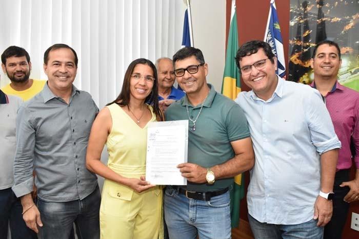 Prefeito Jairo Magalhães entrega documentação para empresários do Centro Industrial
