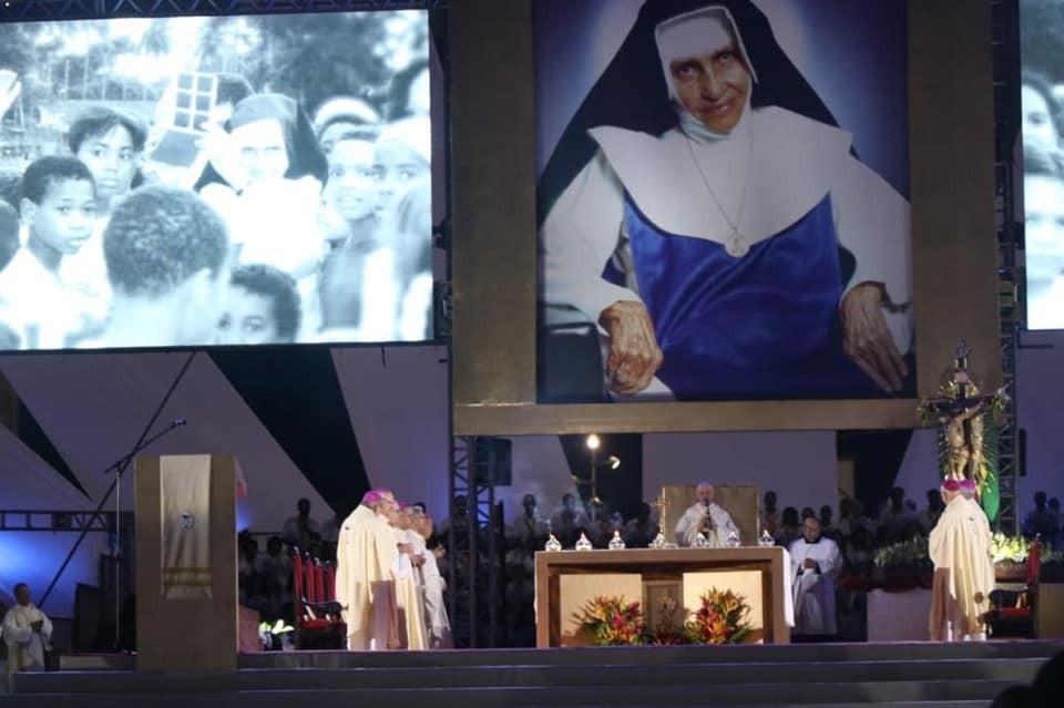 Ivana Bastos participa de celebração em homenagem a Santa Dulce em Salvador