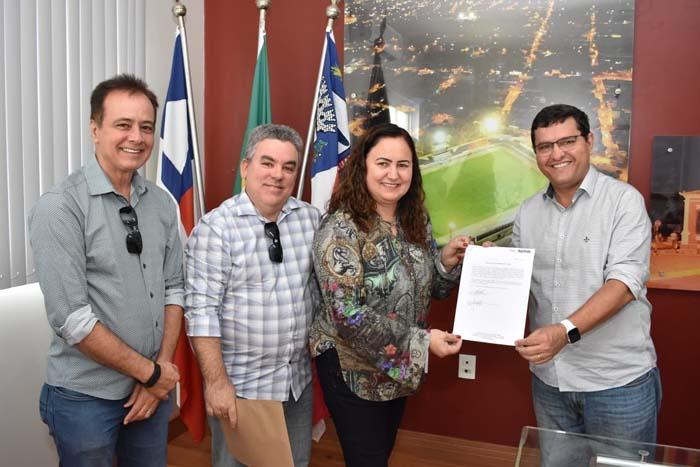 Prefeito assina termo de recebimento de unidades de ensino municipalizadas