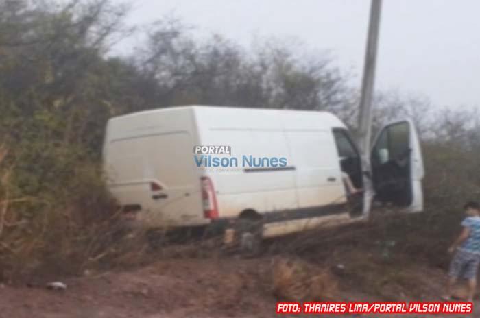 Motorista perde controle da direção e colide veículo em poste na BR-430 entre Caetité e Igaporã