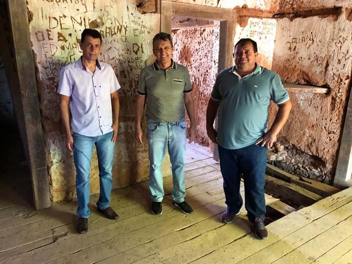 Deputado Charles Fernandes visita patrimônio histórico em Igaporã e vai buscar recursos para restauração