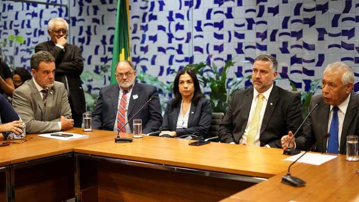 Daniel Almeida recebe embaixador da Bolívia e repudia golpe contra Morales