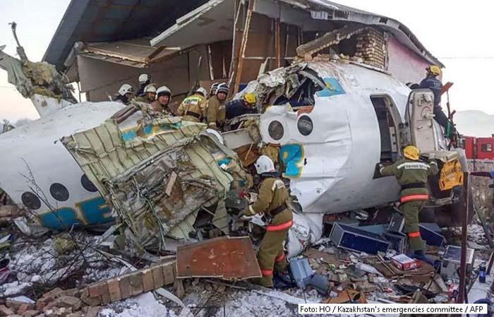 Avião com mais de 90 pessoas caiu no Cazaquistão nesta sexta-feira (27)